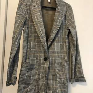 """Den perfekta classy skjortan/jackan att ha till våren/sommaren! Den är lite """"tjockare"""" och går därmed utmärkt att ha den som enbart jacka."""