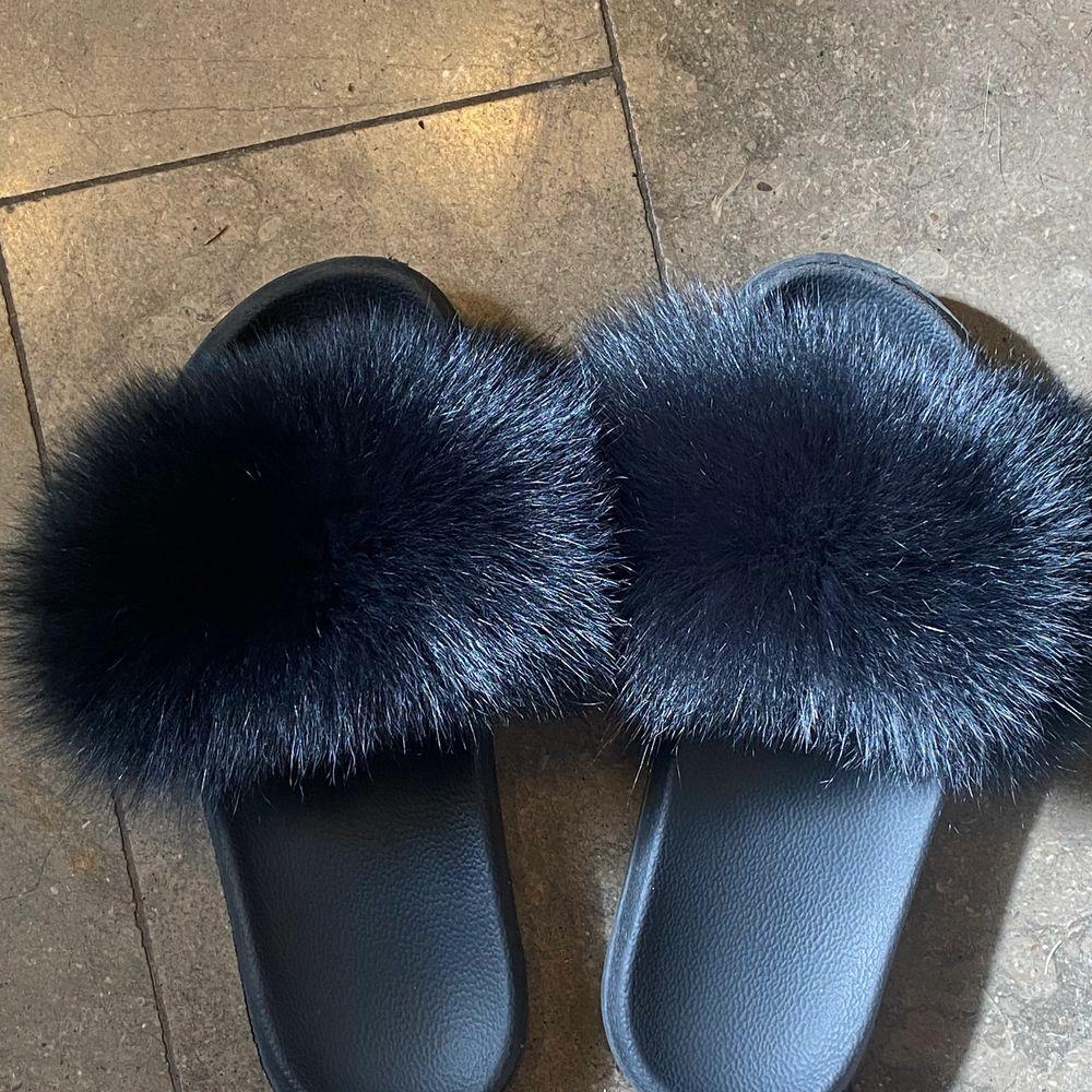 Äkta päls tofflor i rävpäls. Storlek 38-39 i svart färg. Såååå fluffiga och fina och bra skick! ❤️. Skor.