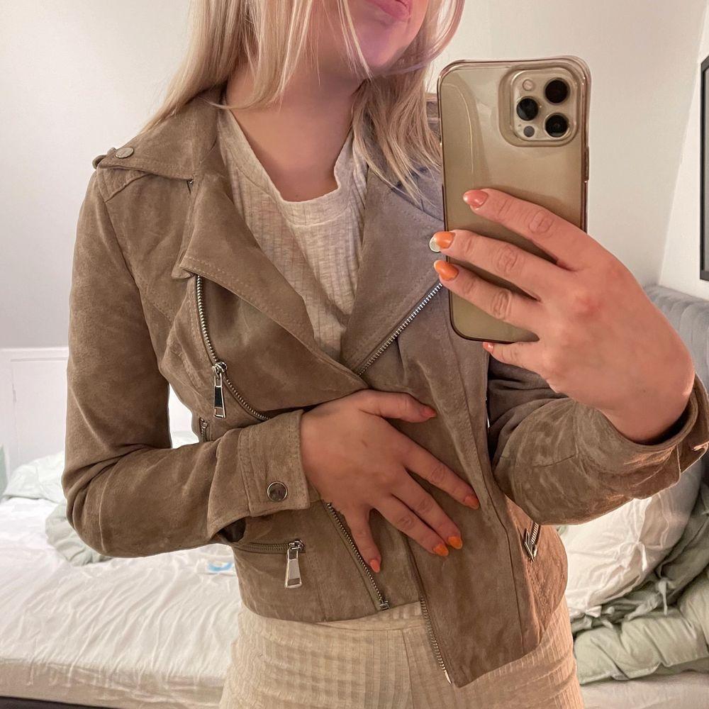 Säljer min skitsnygga mocka jacka från veromoda pga att den aldrig har kommit till användning tyvärr💕Den är slutsåld överallt och är jättefin nu till våren och sommaren! Den är i nyskick och har kostat 900kr och säljer den för 300kr+frakt🥰🥰. Jackor.