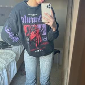 Smutsgrå ish sweatshirt som endast är använd 3 gånger! Storlek L för jag ville ha den lite oversized!💖💖