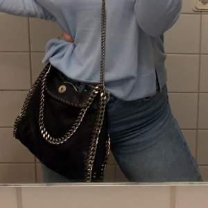INTRESSEKOLL på min mörkblå Stella McCartney väska i modellen mini. Köpte här på Plick men är från vestiaire collective. I superbra skick med inga tecken på användning. Bud minst från 3000. Skriv gärna för fler bilder och bud till mig privat!!✨