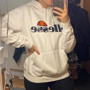 Vit Ellesse hoodie i storlek M men skulle säga att den passar mig som är S perfekt.