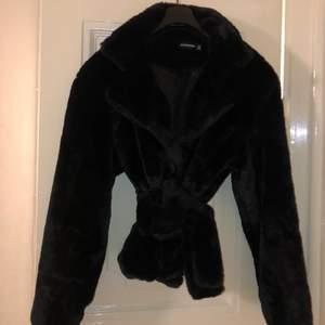 En mjuk och skön jacka som har endast har använts en gång. Nypris :499