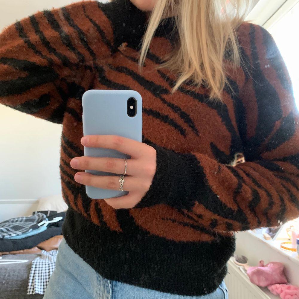 SNYGG zebra tröja från newyorker! Kommer inte till användning längre därav säljer jag den!!. Stickat.
