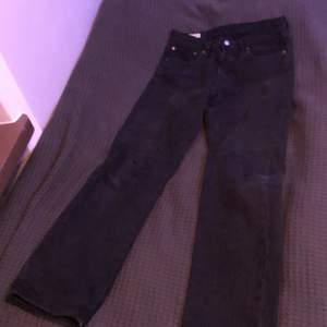 W32 L32, relativt använda, baggie, svarta jeans