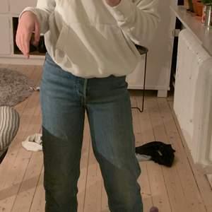 """Säljer dessa snygga Levis jeans i modellen """"ribcage straight"""" i stl 25 säljer då jag har flera par liknande och dessa inte kommer till användning. Köote jeansen seconhand! kontakta gärna om ni har andra frågor eller vill ha fler bilder på jeansen!💓"""