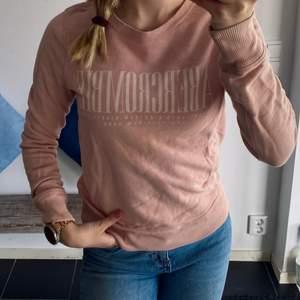 """En """"gammaldags"""" rosa färgad collegetröja från A&F💖 fint skick, köptes i deras butik i Danmark! Sååå fin till sommaren, med en vit kjol och ett par sneakers😩💗🙈 Pris kan diskuteras!"""