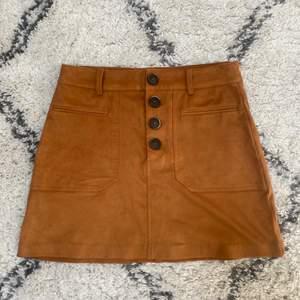 Fin kjol från Zara, fint skick och nästan aldrig använd. Kommentera för frågor och skriv för fler bilder💕 Pris går alltid att diskutera men frakten ingår ej!🦋