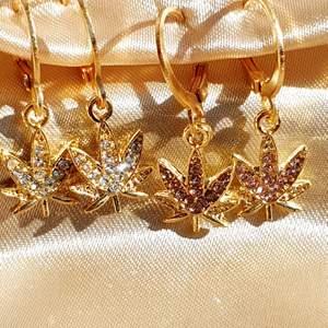 High on love örhänge. 35kr/st, finns med krokar och vanliga hoop. Finns i vit diamanter och rosa diamanter.  Skicka bild på paketet innan jag posta 🦋