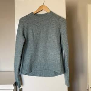 Stickad tröja från HM i storlek XS. En superfin grön/blå färg som inte riktigt framkommer på bilden, men kontakta mig om du vill veta mer om just färgen. Lite tunnare som passar perfekt till våren! 💕