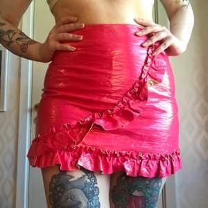 Hotpink frilly kjol i vinyl. Unik kjol som direkt blir ett statement piece 💖