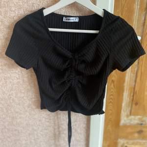 Svart t-shirt som man själv kan reglage hur kort man vill ha de✨ använt fåtal gånger! Priset kan diskuteras vid snabb affär!!
