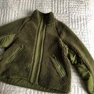 Bräm jacka från Weekday med fickor fram, stängs med dragkedja. Sparsamt använd. Spårbar frakt.