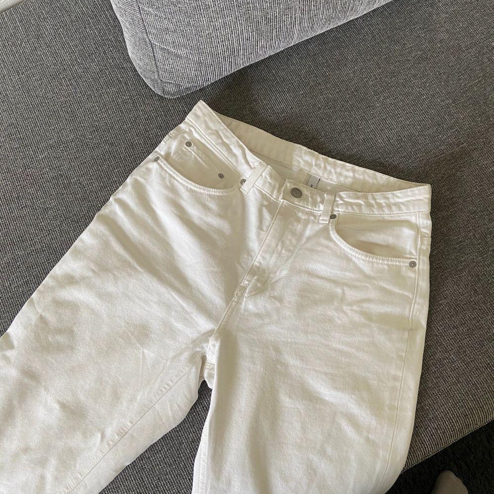 Vita jeans som passar en storlek S. Lite små fläckar men inget som syns så tydligt. Slutar vid ankeln typ (kortare modell). Frakt 66kr spårbart . Jeans & Byxor.