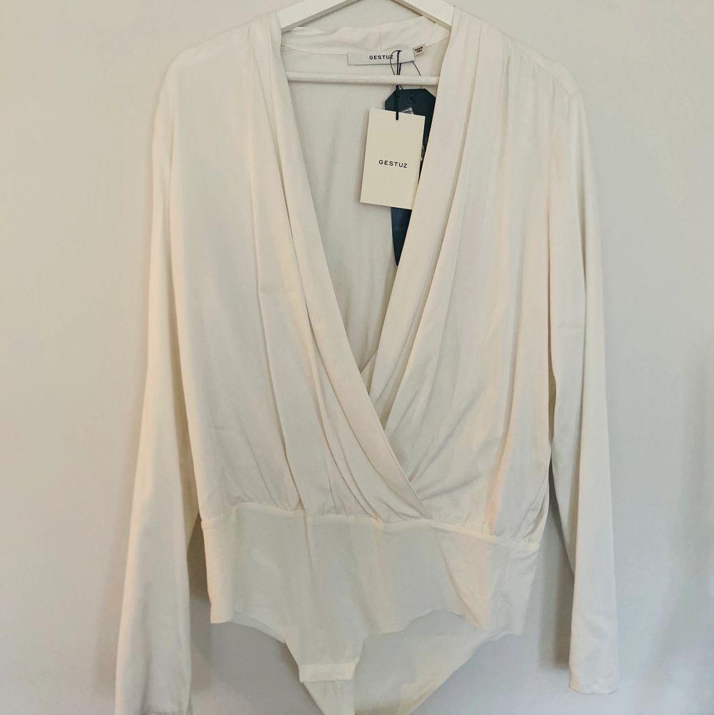 Body i underbart silkigt material ( Viskos, elastan ) från Gestuz. ✨ Nypris 1299. Ej använd. Strl 40 men går att använda som oversize för en 36/38, nerstoppad i kjol eller byxa. Betalning via swish. . Toppar.