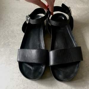 Svarta sandaler från vagabond i storlek 39. Enkelt knäppe runt ankeln. Finns för avhämtning eller postas.