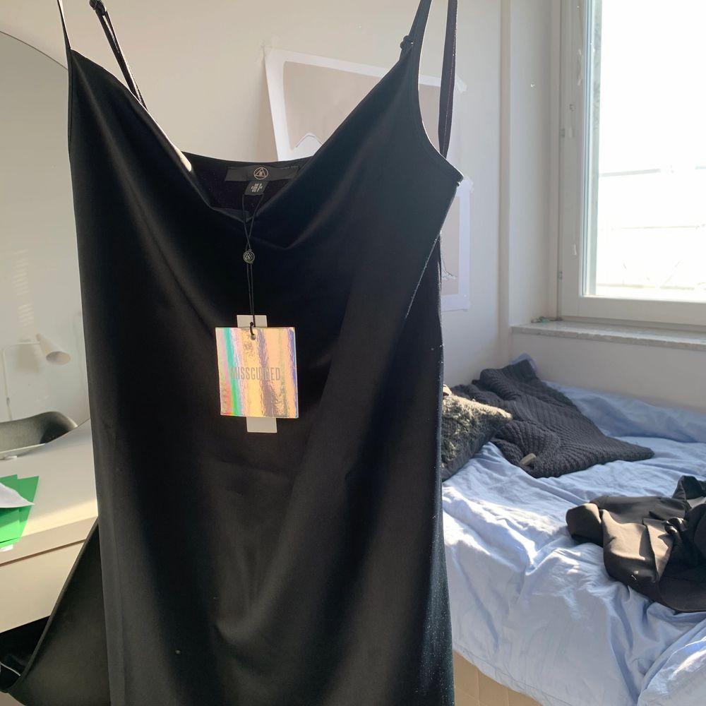 Svart slip dress som är helt ny ifrån missguided🥰 köparen får stå för frakten. Den går till under knäna på mig som är 165, kontakta mig för frågor passar xs-m. Klänningar.