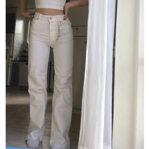 Säljer mina superfina vita vida jeans från zara. De är helt nya med alla prislappar kvar. Säljer då jag redan har ett annat par vita jeans så dessa kommer tyvärr inte till användning. Nypris: 400 kr, mitt pris: 290 kr