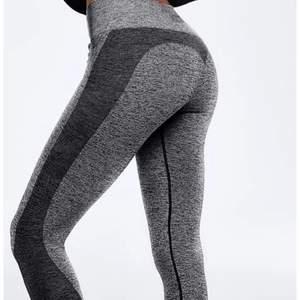 Säljer dessa träningstights från PINK Victoria's secret då jag har två likadana. Jättebra kvalitet och superskönt och stretchiga.