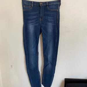 Säljer nu dessa väldigt fina jeans från Gina tricot. De är väldigt bra skick och storlek M. Modell Molly, hömidjade. Hör av er för fler bilder:) köparen står för ev frakt