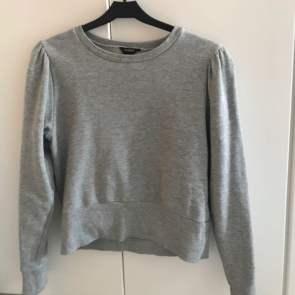 jag säljer denna snygga tröjan på grund av att den inte kommer till användning,  den är köpt på Lindex och alltså då aldrig använd . 💖 . Tröjor & Koftor.