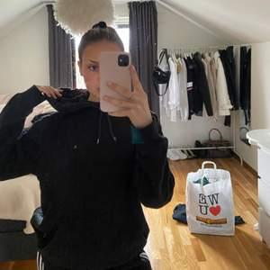 Säljer en basic svart hoodie från H&M.