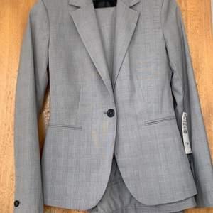Säljer detta set från Zara då jag inte gillar färgen. Den är helt oanvänd och prislappen är även kvar, hade lämnat tillbaks i butik om jag inte hade tappar bort kvittot😅 blazern är i strl 34 och nypris på blazern är 399 och säljer för 350. Kostymbyxorna är i strl 36 och nypris på kostymbyxorna är 299 och säljer för 250. Du väljer helt själv ifall du vill  köpa kläderna för sig eller i set. Priset kan diskuteras💕