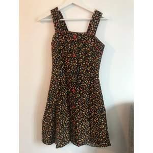 Superfin klänning som tyvärr är för liten för mig. Köpte i en vintagebutik för några år sedan och har endast använts ett fåtal gånger. Känner inte till märket, men verkar vara av kvalitet. Det står strl 38 men den är betydligt mindre, jag skulle säga 34 eller 36. En knapp har fallit av, har sytt dit en egen knapp som är svart och mindre än original röda knapparna (se bild)