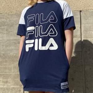 En T-shirtklänning från Fila i blåvit modell med fickor framtill i storlek XS. Har använt som både klänning och T-shirt. Använd men i mycket fint skick. Kan mötas upp i Stockholm eller skicka mot extra kostnad. Kolla in annat jag säljer!