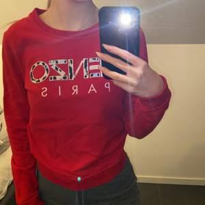 En röd äkta kenzo tröja i storlek S, Hämtas i Norrköping eller fraktas, vid frakt står du för frakt summan. Postar med video bevis.  Garanterar en snabb och pålitlig affär🤍