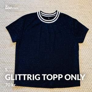Blå glittertop med krage i mycket fint skick. Sparsamt använd. Från ONLY.