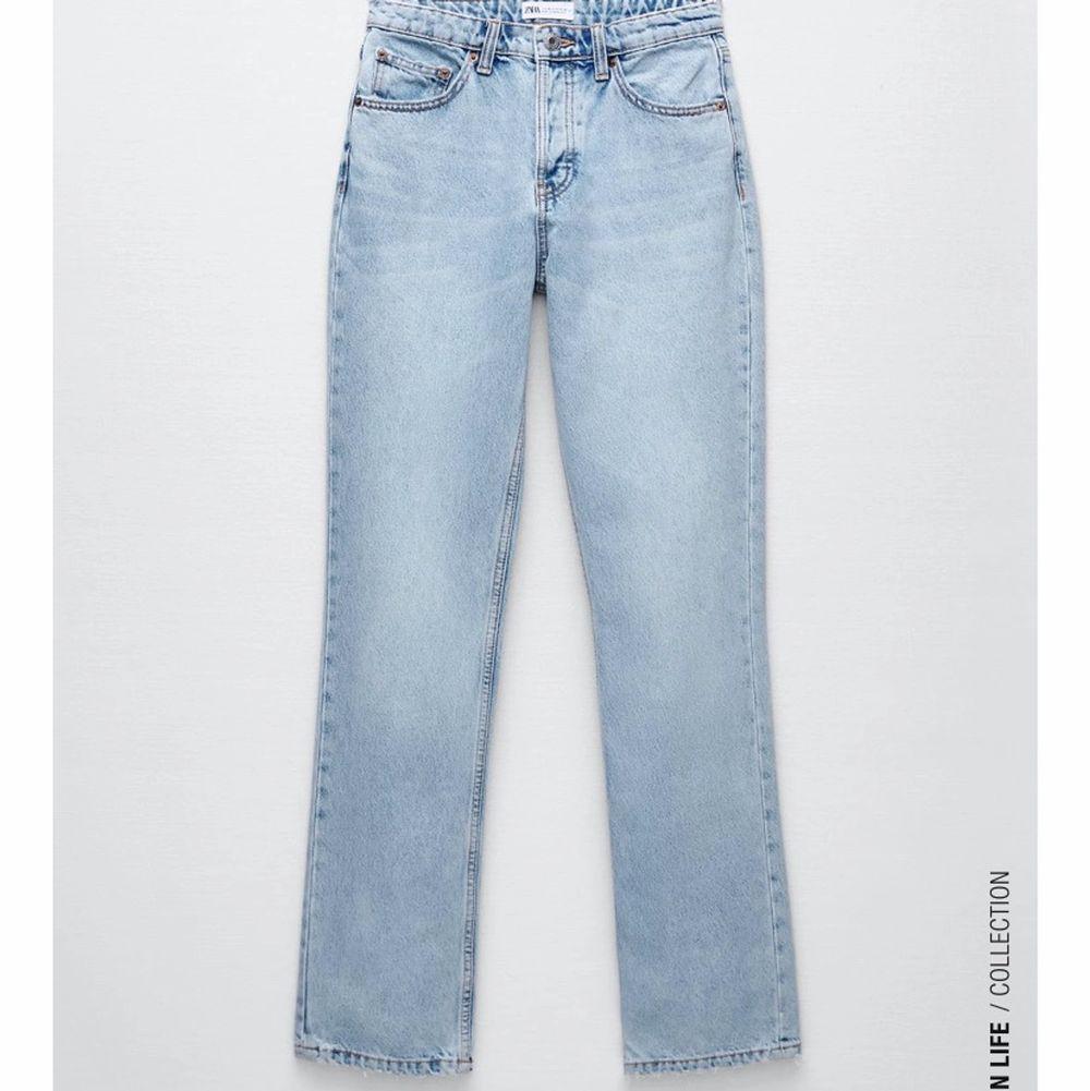 Säljer dessa super populär mid rise jeans i storlek 34! Färgen ljusblå 💙Använda några gånger men tyvärr för stora för mig. Första bilden är lånad av min kompis (Elsa bomark) och andra bilden är min. Skriv vid frågor eller intresse!❤️ 350kr + frakt! (Budgivning då många va intresserade!)Lagt bud är lagt och du ska kunna betala det du budar! Annars riskerar du att bli anmäld. . Jeans & Byxor.