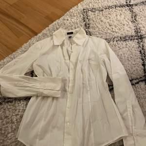 Fin vit skjorta från esprit, står strl 38 men skulle även kunna passa en 36