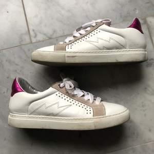 Ett par supersnygga sneakers från Zadig & voltaire. Fint skick!! Nypris ligger på ca 2200 kr. Finns inte att köpa längre. Spårbar frakt tillkommer på 66kr