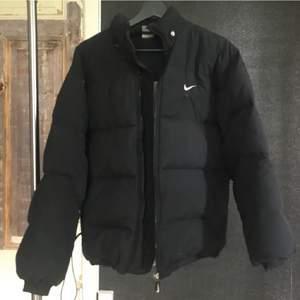(INTRESSEKOLL) på min Nike jacka som jag köpte på Plick för ett år sedan. Använd under förra vintern. Finns några hål (tredje bilden) och försök på lagning under Nike märket på framsidan av jackan, men går säkert och fixa❤️ BUD FRÅN 400kr