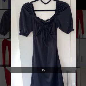Svart enkel klänning