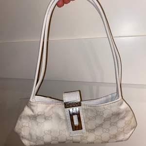 Liten väska !!! Köpt second hand. Mäter ca 12 X 23 cm
