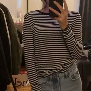 Randig tröja från Vero moda i storlek xs!