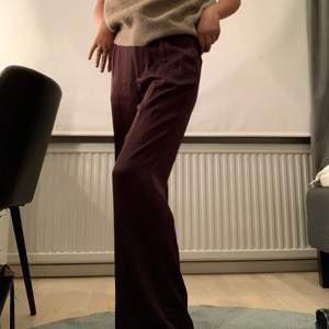 Ett par svin snygga vinröda oversized kostymbyxor från Carin Wester, använda några få gånger så dom är i väldigt bra skick😋