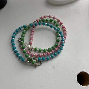 Armbanden finns i rosa, blå & grön. Men kan göra valfria armband, halsband & ringar med andra färger också. Bara du som vill köpa beskriver hur du vill ha det! Ringarna är medelstora & är rostfria.  1 ring -> 40kr + frakt. Båda ringarna för 69kr + frakt. (Extra tillkommer). Ett självönskat armband kostar 55kr + frakt. Skriv till mig om du har några frågor! 💕
