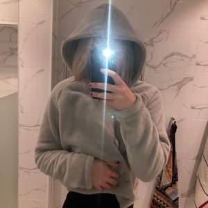 Säljer min mysiga hoodie från Ginatricot. Knappt använd, supermysig och skön. Köparen står för frakten🤍