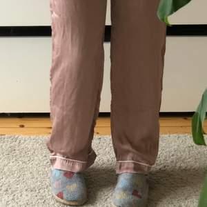 Ett par pyjamasbyxor i en typ dusty rosa silke. Dessa är från H&M och är i storlek 36. Skriv för fler bilder eller info💗🏻