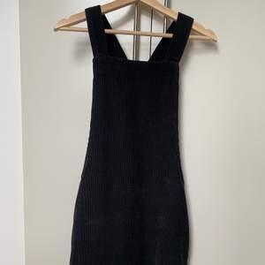 Jättesöt hängselklänning från Urban Outfitters BDG. Svart manchesterliknande tyg så den är ganska ostretchig. Fickor både på sidorna och baktill. Sparsamt använd av mig, hittar inget att anmärka på förutom att sömmen på ena axelbandet har lossnat lite men är lätt att sy fast (se bild).