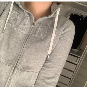 Jätte fin hoodie från gant i storlek small. Kan mötas upp i Uppsala eller skicka, köparen står för frakt.