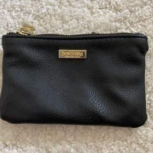 En jätte rymlig plånbok från don Donna. Väldigt fint skick! Man får plats med massa kort, kvitton och lite små saker som nycklar. + frakt