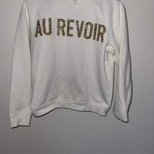 vit sweatshirt med glittrig text! Köparen står för frakt 📦 Pris kan diskuteras!