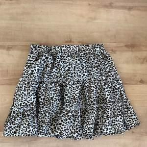 Jätte fin leopard kjol från Shein✨ Storlek M men liten i storleken så den passar bättre på mindre än M🧚