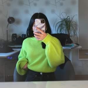 En ny neongrön stickad tröja. Aldrig använd och kommer från H&M. Kan skicka plagget men köparen betalar för frakten.