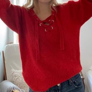 Stickad tröja från bik bok som är väldigt mjuk och bekväm. Färgen på bild 2 ser mer orange ut än vad den är i verkligheten, bild 1 stämmer mer💗