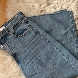 Säljer dessa croppade jeansen från Zara som är köpta förra sommaren, tyvärr är dem alldeles för stora för mig men vill ni ha bild på så bara säg till 🥰